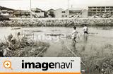 川で遊ぶ昭和時代の少年